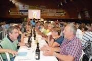 Vor Versammlungsbeginn tauschen die Genossenschafter bei angeregten Gesprächen Wissen und Erfahrungen aus. (Bild: Adi Lippuner)