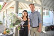 Wahlsiegerin Florinda Sabatino-Zagaria erhält Blumen von Schulpräsident Lukas Weinhappl. (Bild: Olaf Kühne)