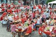Rot und Weiss, wo man hinsieht: Gemütliches Picknick auf dem Dorfplatz. (Bild: Martin Uebelhart (Stans, 9. Juni 2018))