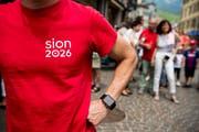 Es bleibt nur das Werbematerial: Der Walliser Olympia-Traum ist geplatzt. (Bild: Jean-Christophe Bott/Keystone)
