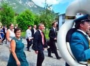 Präsident Walter Hug mit seiner Frau Rita im Festzug durchs Dorf, der angeführt wird von der Musikgesellschaft. (Bild Markus von Rotz (Alpnach, 10. Juni 2018)
