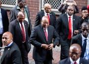 Jacob Zuma, ehemaliger Präsident Südafrikas, plant sein Comeback. Hier im Bild beim Gang vor das höchste Gericht, wo er wegen Korruption angeklagt ist. (Bild: Marco Longari/EPA, 8. Juni 2018, Durban)