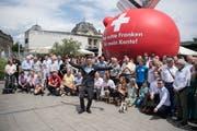 Raffael Wüthrich vom Komitee der Vollgeld-Initiative und weitere Sympathisanten posieren vor einem übergrossen Sparschwein. (Bild: Keystone/Peter Schneider (Bern, 10. Juni 2018))