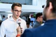 Andri Silberschmidt, Präsident der Jungfreisinnigen Schweiz, analysiert im Hauptquartier des Nein-Komitees zum Geldspielgesetz, das Abstimmungsresultat. (Bild: KEYSTONE/Anthony Anex (Bern, 10. Juni 2018))