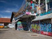 Das momentan besetzte Stadtzürcher Koch-Areal kann bebaut werden. Die Stimmberechtigten haben Kredite von insgesamt 42 Millionen Franken genehmigt. (Bild: KEYSTONE/PATRICK HUERLIMANN)