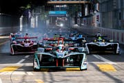 Die Formel-E-Fahrer rasten mit ihren Elektroautos durch die Zürcher Innenstadt. (Bild: KEYSTONE/Ennio Leanza)