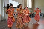 Mädchen der tamilischen Tanzgruppe aus Uri sorgen am Flüchtlingstag für exotische Unterhaltung zwischen den Referaten. (Bild: Remo Infanger (Altdorf, 9. Juni 2018))