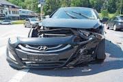 Eines der Unfallautos ist an der Front stark beschädigt. (Bild: PD)