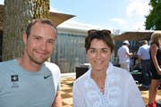 Rollstuhl-Leichtathletikstar und Regierungsrätin: Marcel Hug mit Monika Knill. (Bilder: Mathias Frei)