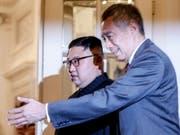 Vor dem Gipfel mit US-Präsident Trump in Singapur trifft sich Nordkoreas Machthaber Kim mit Gastgeber Lee. (Bild: KEYSTONE/EPA/WALLACE WOON)