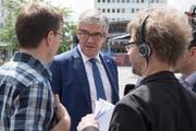 BDP-Regierungsrat Jon Domenic Parolini, der die Wiederwahl nur ganz knapp schaffte, gibt Journalisten Auskunft. (Bild: Lukas Lehmann, Keystone (Chur, 10. Juni 2018))