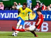 Brasiliens Superstar Neymar lässt vor dem 2:0 Alexander Dragovic aussteigen (Bild: KEYSTONE/EPA/CHRISTIAN BRUNA)