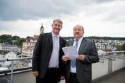 Diese beiden Männer stehen nach dem ersten Wahlgang in Emmen an der Spitze: Patrick Schnellmann (links) und Felix Müri auf dem Dach der Gemeindeverwaltung. (Bild Corinne Glanzmann, 10. Juni 2018)