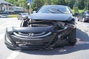 Das Auto ist nach der Kollision stark beschädigt. (Bild: Zuger Polizei (Baar, 9. Juni 2018))