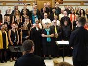 Eine Welturaufführung als besonderes Ereignis: Alle Chöre singen gemeinsam die Komposition «Dein Wort» von Irene Stäheli. (Bilder: Hanspeter Thurnherr)