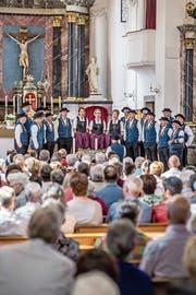 Der Jodlerklub Echo vom Rotbach präsentierte sich am Sonntag bei der Messe in der Pfarrkirche Hellbühl in seiner neuen Tracht. (Bild: Pius Amrein (10. Juni 2018)