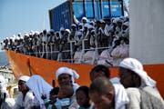 Flüchtlinge aus Nordafrika kommen mit dem Rettungsschiff «Aquarius» in Messina an. Dieses Schiff will der neue Innenminister Matteo Salvini aktuell nicht in einen italienischen Hafen lassen. (Bild: Bram Janssen/AP, 26. Juni 2016)