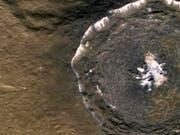Aufnahme eines Kraters auf dem Planeten Merkur. Dieser ist der kleinste Planet unseres Sonnensystems und noch weitgehend unerforscht. (Bild: KEYSTONE/AP NASA)