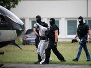 Ali B., der Tatverdächtige im Todesfall Susanna, wird von Beamten einer polizeilichen Spezialeinheit aus dem Justizzentrum Wiesbaden zu einem Polizeihubschrauber gebracht und in eine Justizvollzugsanstalt geflogen. (Bild: Keystone/DPA/HASAN BRATIC)