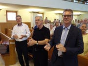 Die drei Festredner – Stadtpräsident Daniel Gut, Dekan Erich Guntli und der kantonale Kirchenratspräsident Martin Schmidt (von links) – klatschen begeistert zu den Klängen von Gospel Werdenberg.