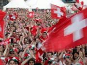 Bundespräsident Alain Berset und Bundesrat Guy Parmelin werden in Russland an zwei Gruppenspielen der Schweiz mit den Fans mitfiebern. Unklar ist, ob auch Bundesrat Maurer nach Russland reisen wird. (Bild: KEYSTONE/GEORGIOS KEFALAS)