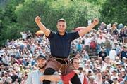 Nach dem gewonnenen Schlussgang gegen Marcel Bieri lässt sich Lario Kramer feiern. (Bild: Urs Flüeler/Keystone (Stoos, 10. Juni 2018))
