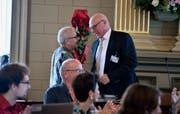 Peter Hartmann (links), Fraktionschef SP-Grüne, gratuliert seinem SP-Parteikollegen Daniel Baumgartner zur Wahl. (Bild: Regula Kühne)
