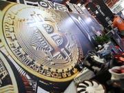 Die Kryptowährung Bitcoin ist immer wieder Opfer von Hackerangriffen. (Bild: KEYSTONE/EPA/RITCHIE B. TONGO)
