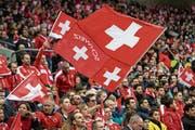 Die Fans der Schweizer Nationalmannschaft hoffen, dass ihr Team möglichst lange im Turnier verbleibt. (Bild: Jean-Christophe Bott/Keystone (Genf, 25. März 2018))