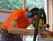 Höchst konzentriert arbeitet Thomas Schmid aus Sonnental in der Schreinerei in Braunau. Sein grosses Ziel ist die Teilnahme an der Berufsweltmeisterschaft 2019 in Kazan. (Bild: Christoph Heer)