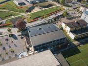 Das grosse Dach der Dreifachturnhalle wird seit einigen Monaten für die Produktion von erneuerbarem Strom genutzt (Bild: EWS)