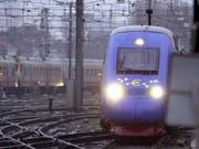 Ein Hochgeschwindigkeitszug ist wegen einer Strompanne zwischen Brüssel und Strassburg liegengeblieben. (Bild: KEYSTONE/EPA BELGA/JACQUES COLLET)