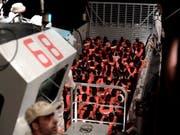 Die neue spanische Regierung hat am Montag in Madrid zugesagt, die 629 Flüchtlinge und Migranten aufzunehmen. Seit dem Wochenende streiten sich Italien und Malta darüber, wer die Asylsuchenden aufnehmen soll. (Bild: KEYSTONE/AP SOS Mediterranee/KENNY KARPOV)