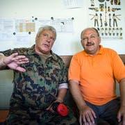 Der eidgenössische Schiessoffizier Werner Hürlimann (l.) und Fritz Zweifel, Präsident Schiesskommission 1 des Kantons Thurgau, beim Fachsimpeln. (Bild: Andrea Stalder)