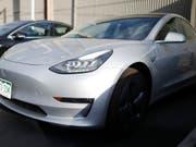 Tesla-Chef Elon Musk will bald neue Funktionen für das autonome Fahren aktivieren. (Bild: KEYSTONE/AP/DAVID ZALUBOWSKI)