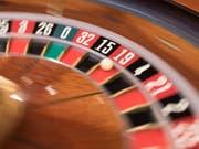 Zocken nicht mehr nur am Spieltisch: Schweizer Casinos dürfen künftig auch Online-Glücksspiele anbieten. (Bild: KEYSTONE/GAETAN BALLY)