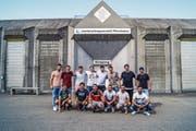 Für das Mannschaftsbild müssen die Sirnacher Fussballer vor dem Eingang des Gefängnisses posieren, im Inneren ist Fotografieren verboten. (Bild: Roman Scherrer)