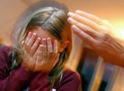 Zwei Jahre war ein Mädchen den Übergriffen des Lebenspartners der Mutter ausgesetzt. (Symbolbild)