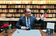 """François Hollande reitet gerade auf einer Welle der Sympathie und signiert sein Erfolgsbuch """"Lektionen der Macht"""" in einem Buchladen in Paris. (Ian Langsdon/EPA; 23. April 2018)"""