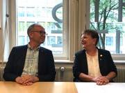 """Die erste """"Obfrau"""" des Basler Fasnachts-Comités, Pia Inderbitzin, mit ihrem Vorgänger, Christoph Bürgin. (Bild: Michael Wieland/Keystone-sda)"""