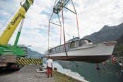Das Motorschiff Flüelen wird in den Urnersee gehievt. (Bild: Urs Hanhart (Flüelen, 11. Juni 2018))