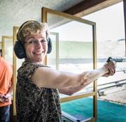 Nationalrätin Verena Herzog (SVP) testet ihre Treffsicherheit mit der Pistole. (Bild: Andrea Stalder)