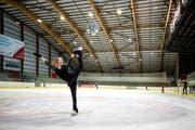 Die Engelbergerin Salome Limacher, Mitglied des Internationalen Schlittschuhclubs Engelberg, trainiert im Eiszentrum Luzern. (Bild: Philipp Schmidli, 7. Juni 2018)