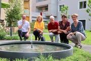 Sie freuen sich über den neuen Brunnen im Garten: Gesamtleiter Werner Geng und die Stiftungsratsmitglieder Sybille Stadler, Lee Büchi, Irene Haltmeier und Helena Kreis. (Bild: Barbara Hettich)
