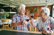 Hansjörg und Käthi Scherrer stossen an auf gemütliche Zeiten in ihrer «Rebe». (Bild: Mario Testa)
