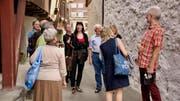 Besuch im Städli Werdenberg vor einigen Wochen: Filmemacherin Rebecca Panian (Mitte) will einen Versuch mit einem bedingungslosen Grundeinkommen starten - in der zürcherischen Gemeinde Rheinau (Bild: Heidy Beyeler)
