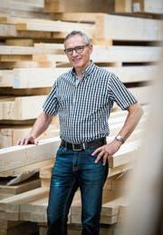 Zimmermeister Elmar Raschle in seinem Betrieb. (Bild: Reto Martin)