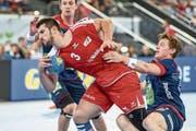 Der dreifache Torschütze Lucas Meister (in Rot) setzt sich gegen Norwegens Abwehr durch. (Bild: Daniela Frutiger/Freshfocus (Zug, 12. Juni 2018))