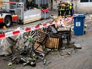 Am Tag danach sind die Feuerwehrleute in Lausanne mit Aufräumarbeiten beschäftigt: Das Unwetter hat zahlreiche Schäden in noch unbekannter Höhe verursacht. (Bild: Keystone/JEAN-CHRISTOPHE BOTT)