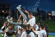 Nach dem Schlusspfiff gab's beim FC Emmenbrücke kein Halten mehr: Die Spieler feierten ausgiebig ihren (Aufstiegs-)Trainer Jean-Daniel Gross. (Bild: Dominik Wunderli (Emmenbrücke, 12. Juni 2018))